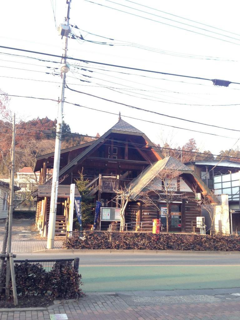 PC4のコンビニ向かいの郵便局。厚木あたりではログハウスよく見かけたように思います