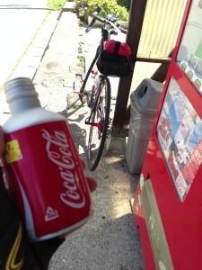 やっと見つけた自販機でコーラ投入