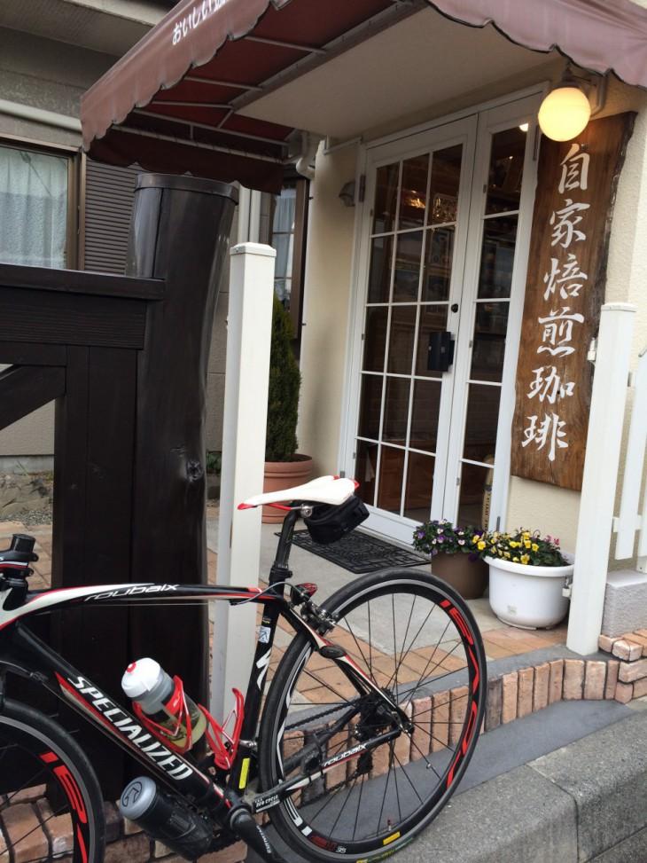 自転車とめてるのはデッキの脇です。素敵なデッキがあるのですが、カフェサービスはやってないそうです