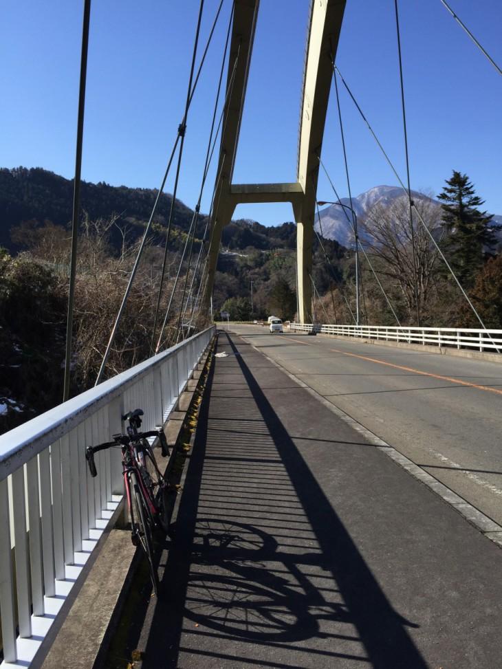 うまいぐあいに歩道の広い橋があって助かりました。