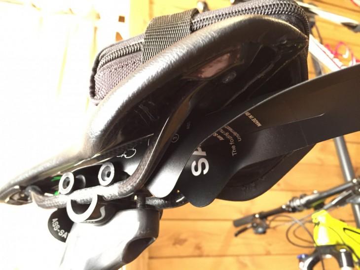 サドルレール下にAssSaversがはみだすのでサドルバッグは併用難しいか
