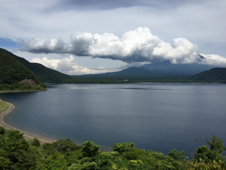 本栖湖  かなり雲かかってて富士山があまり見えない