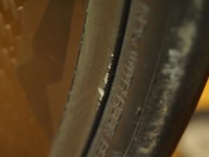 レースの落車時に縁石にぶつけたけど、表面塗装が少しはげた程度ですんだエグザリットリム