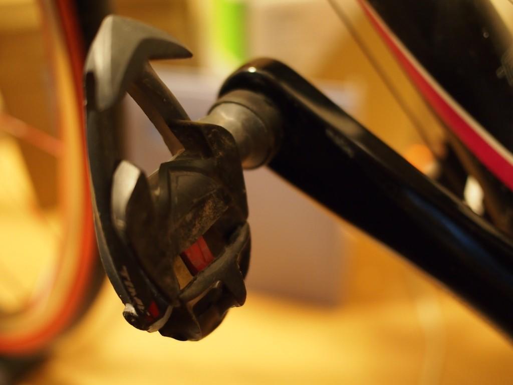 ロード用ペダルは前方が上を向く重量バランス