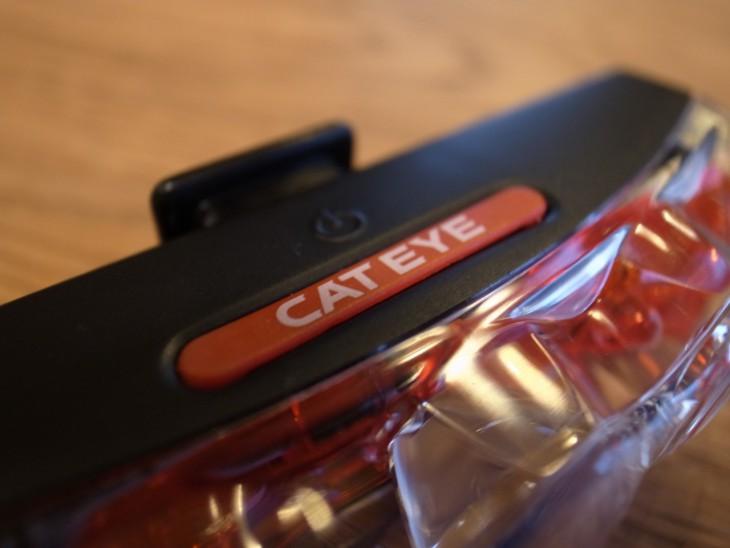 「CAT EYE」と書かれてる赤いバーがスイッチ。手探りだと全然わからない